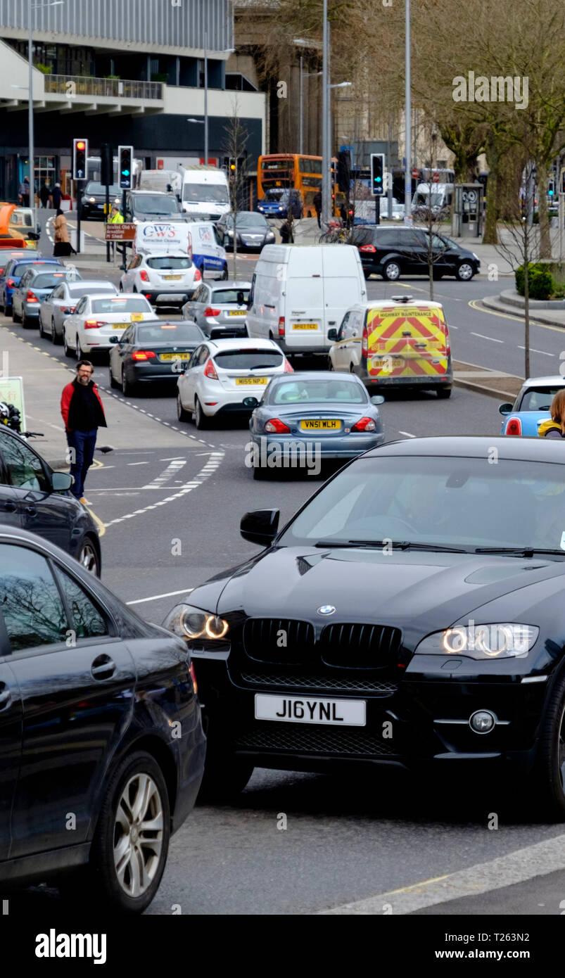 Coches causa congestión del tráfico en el centro de la ciudad de Bristol; hay polución suscitando preocupaciones acerca de los vehículos de gasolina y diésel. Foto de stock