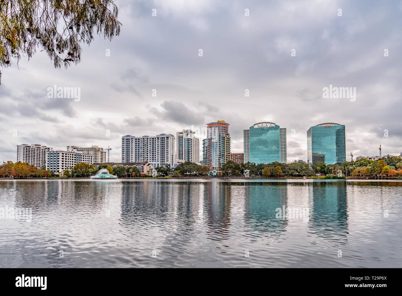 ORLANDO, Florida, EE.UU. - Diciembre, 2018: Lake Eola Park, un destino popular para los festivales, conciertos, paseos de recaudación de fondos e incluso bodas, ubicado en D Foto de stock