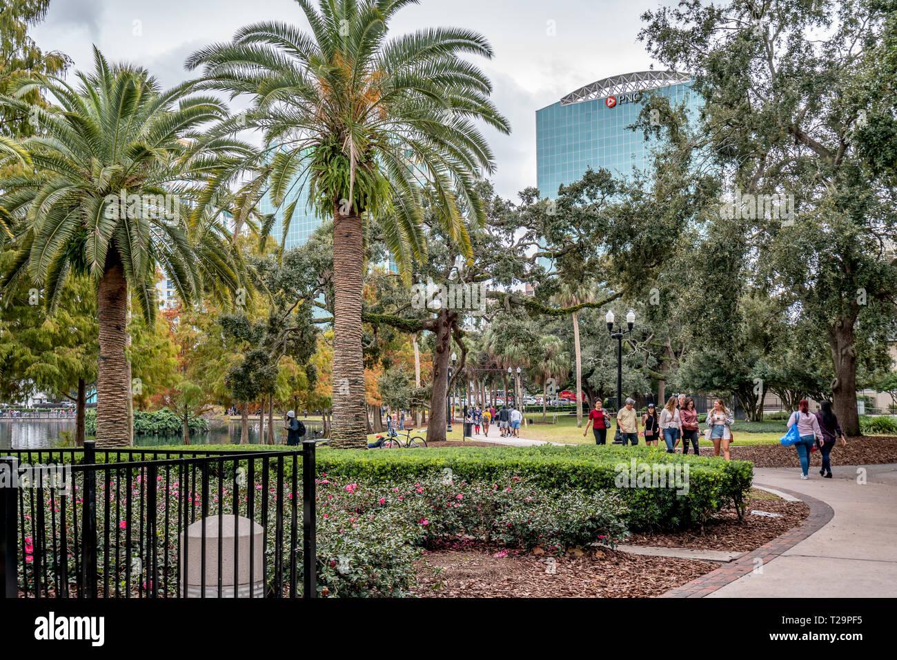 ORLANDO, Florida, EE.UU. - Diciembre, 2018: Lake Eola Park, un destino popular para los festivales, conciertos, paseos de recaudación de fondos e incluso bodas. Foto de stock