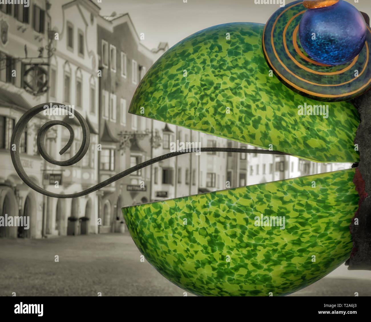 A - Tirol: Glass Ornament en el Südtirolerstrasse en la histórica ciudad de Rattenberg en el Valle Inn Imagen De Stock