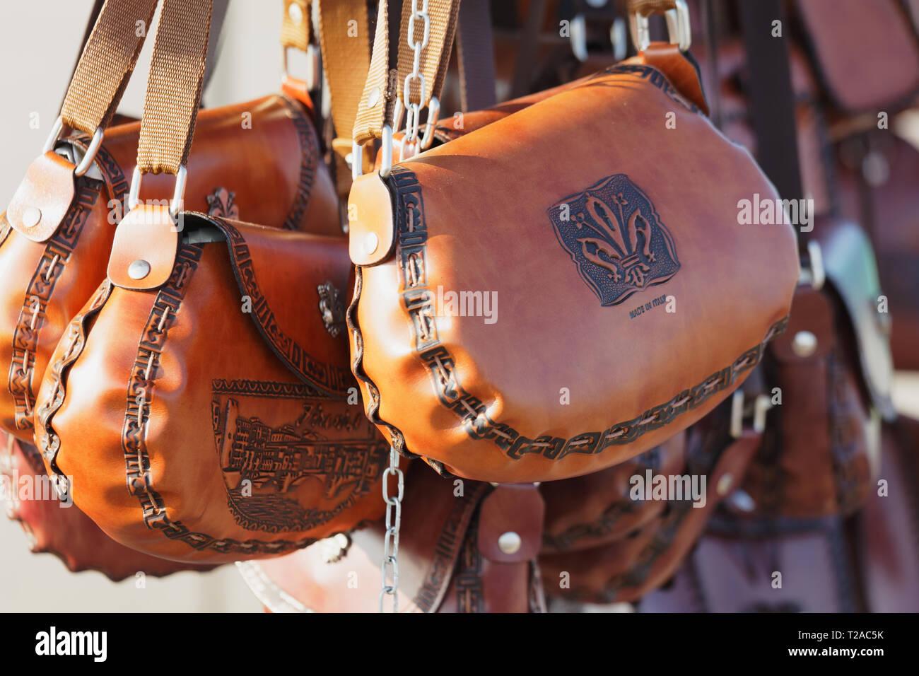 6f5629072 Florencia, Italia - 9 de agosto de 2018: bolsos de cuero hecho en Italia
