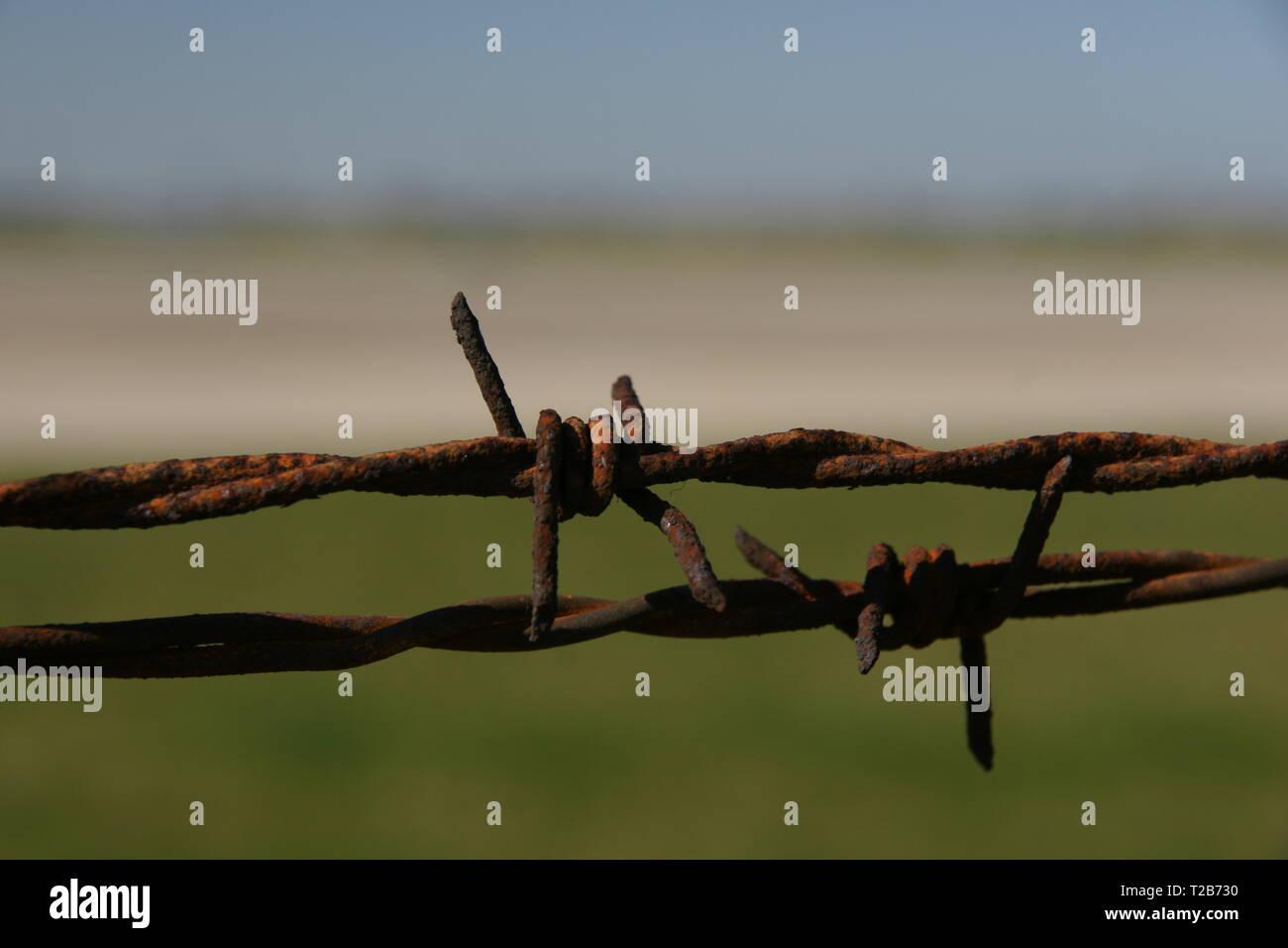 Alambre de púas alrededor del aeródromo militar de la guerra fría Imagen De Stock