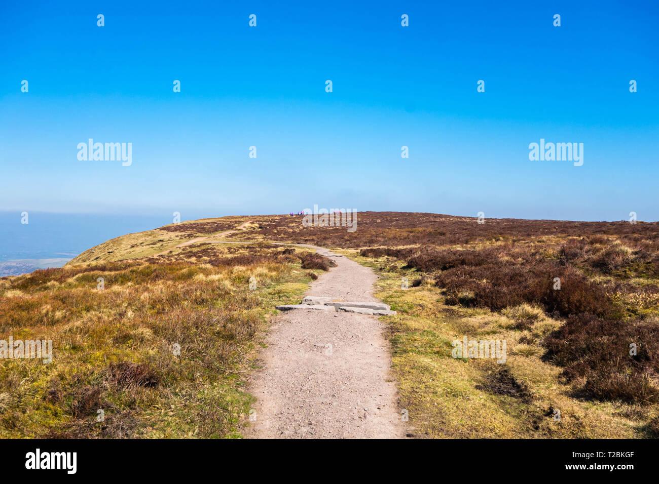 Caminantes en la distancia haciendo su camino hasta el punto en el trig Bluff, HENO HENO-on-Wye Powys UK. Marzo de 2019 Foto de stock