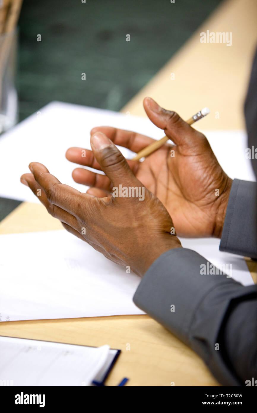 Hacer un punto usando las manos durante la reunión de oficina Imagen De Stock