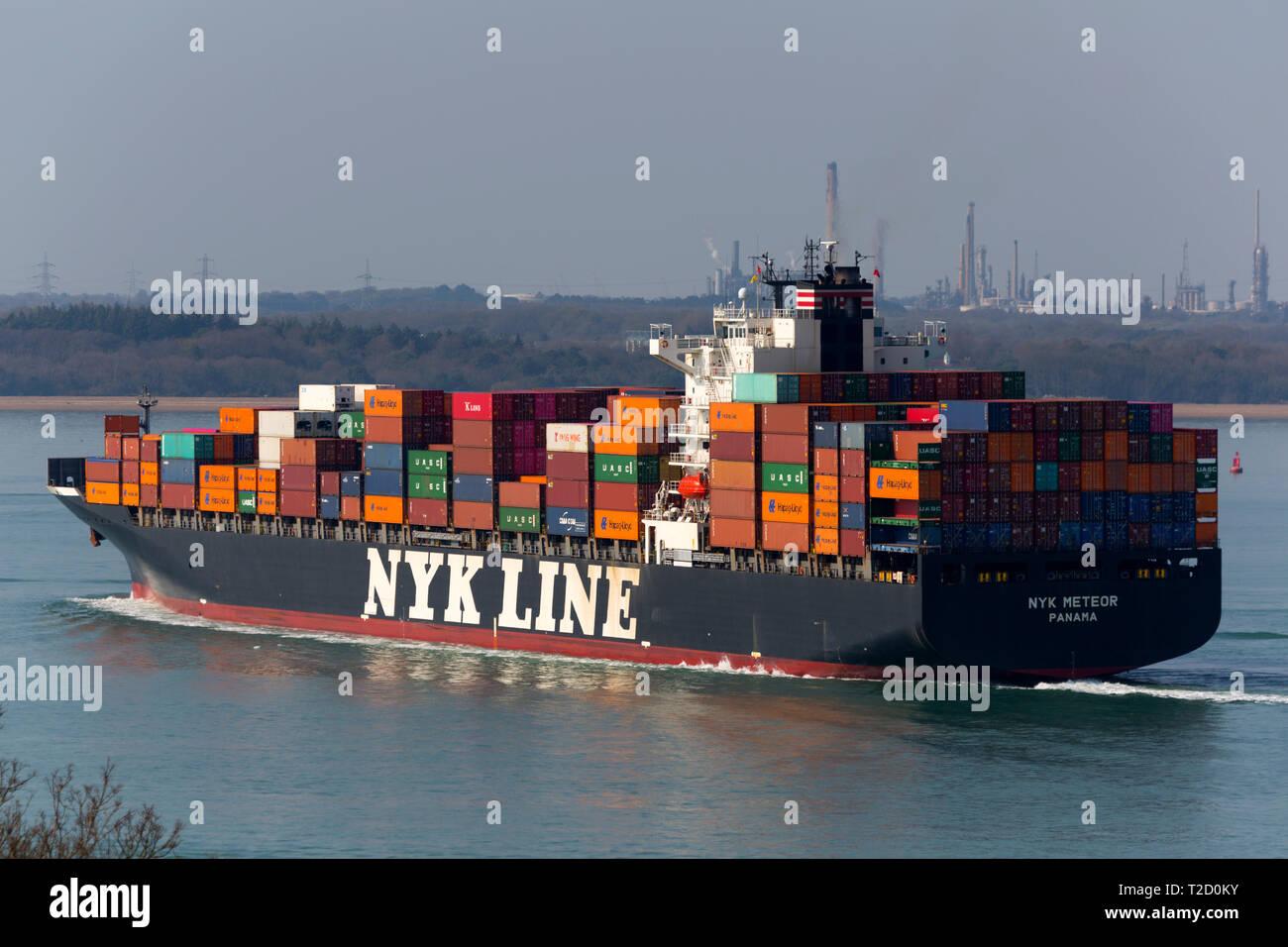 Container,Barco, NYK,empresa, Meteor, registrado,Panamá, Southampton,Container,Terminal,,aceite,refinería de Fawley,el Solent, Cowes, Isla de Wight, UK, Foto de stock