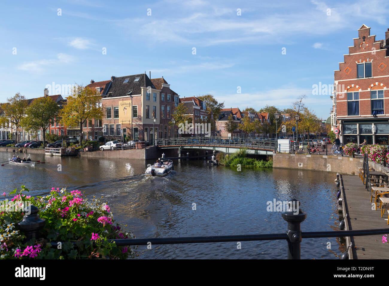 Leiden, Holanda - 13 de octubre de 2018; el viaje en barco por el canal Herengracht, en el centro de la ciudad de Leiden Imagen De Stock