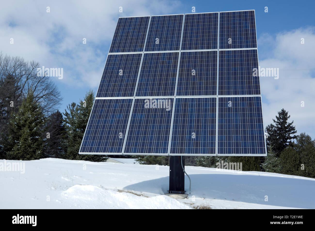 Montaje en poste arreglo de paneles solares residenciales, con potencia nominal de 2,6 KW con 12 paneles solares fotovoltaicos. Imagen De Stock