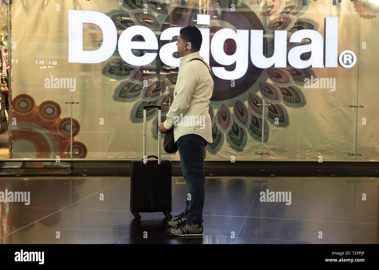 caa3a32c1 Barcelona, España. 7 Mar, 2019. Un viajero visto parado cerca de una