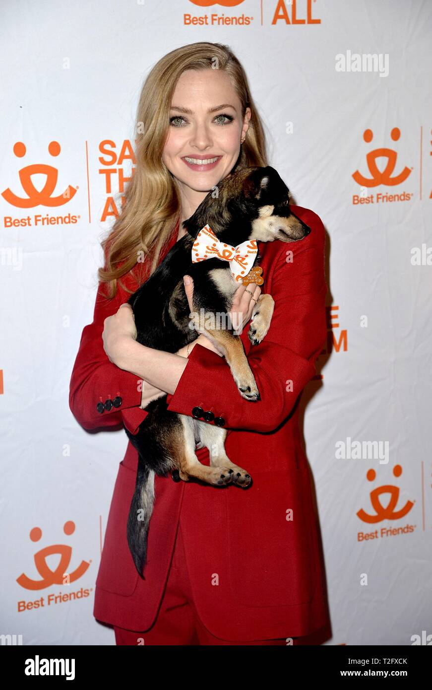 Nueva York, NY, EUA. 2 abr, 2019. Amanda Seyfried en la terminal de llegadas para mejores amigos Sociedad Animal cuarto beneficio anual para salvarlas a todas, Guastavino's, Nueva York, NY, 2 de abril de 2019. Crédito: Kristin Callahan/Everett Collection/Alamy Live News Imagen De Stock