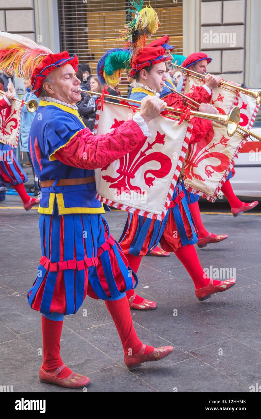 Los hombres marchando en traje jugando fanfarria de trompetas durante el Estallido del Carro festival en Florencia, Toscana, Italia, Europa Imagen De Stock