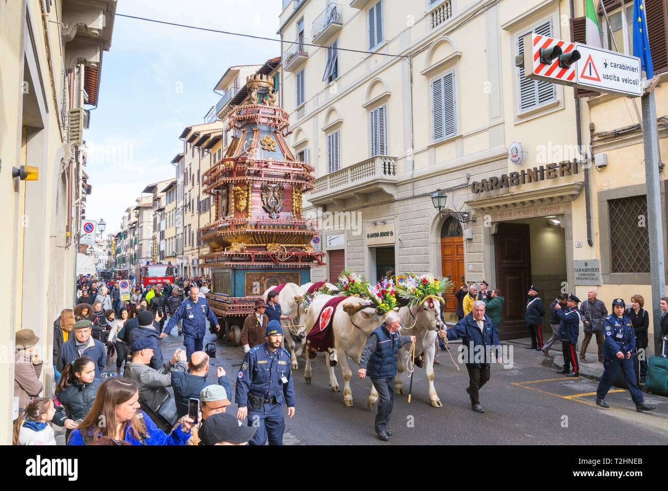 Una carreta de bueyes por la explosión del carro festival (El Estallido del Carro) donde el Domingo de Pascua un carro de la pirotecnia está encendido, Florencia, Toscana, Italia Imagen De Stock