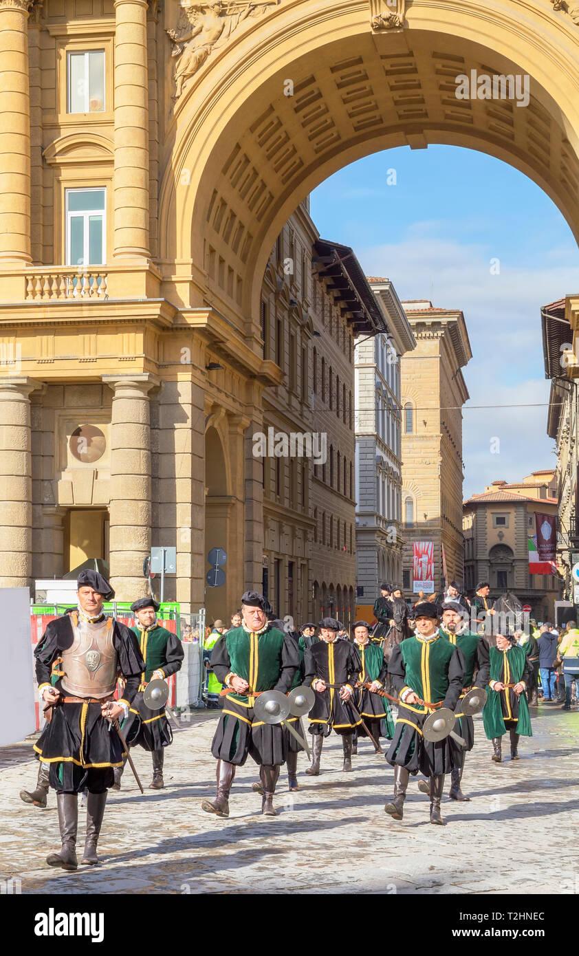 Los participantes en la explosión del carro (El Estallido del Carro) festival marchando por Florencia en trajes históricos, Florencia, Toscana, Italia Imagen De Stock