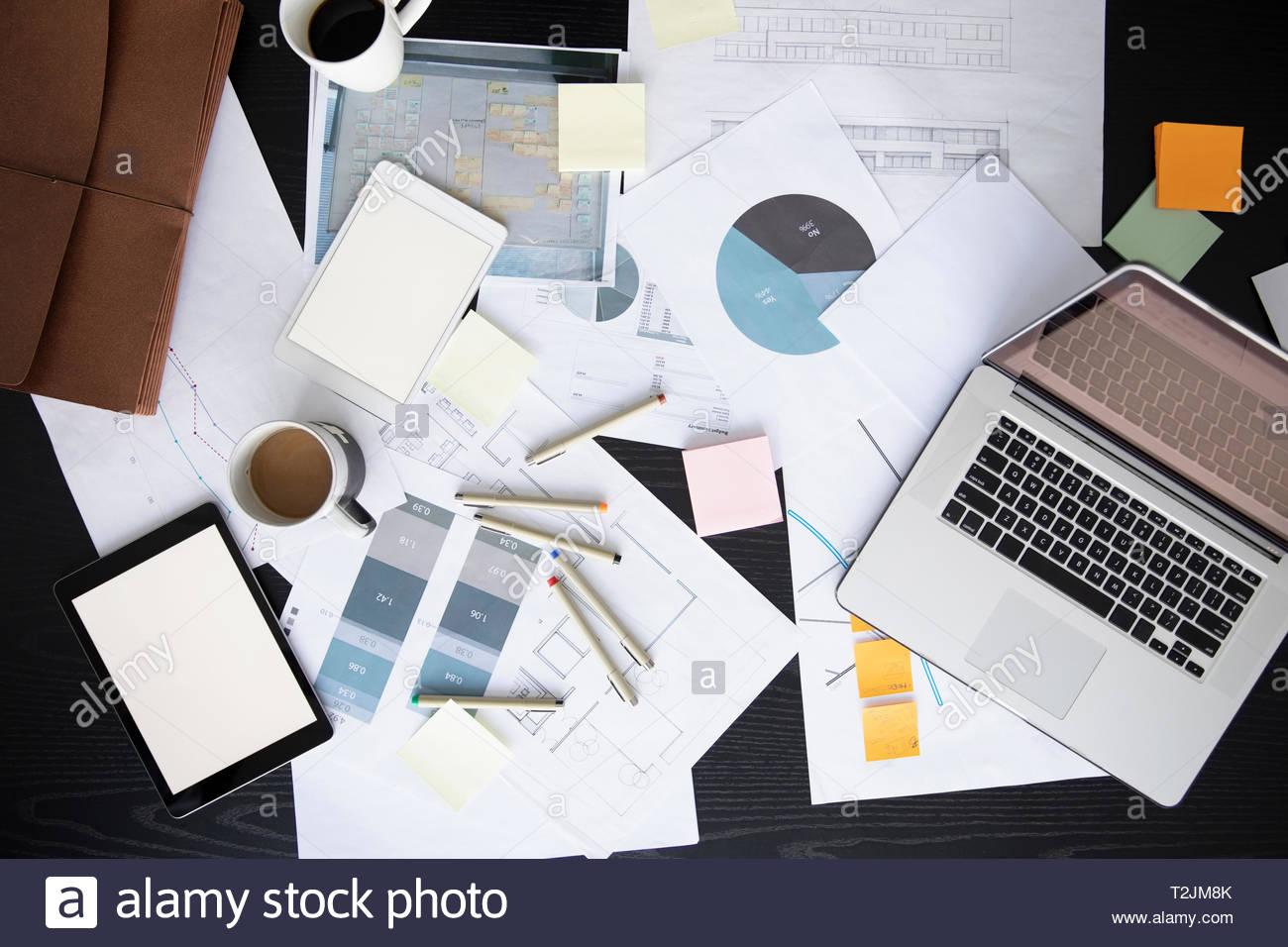 Vista desde arriba de la empresa papeleo, Portátil y tableta digital en la mesa de conferencias Imagen De Stock