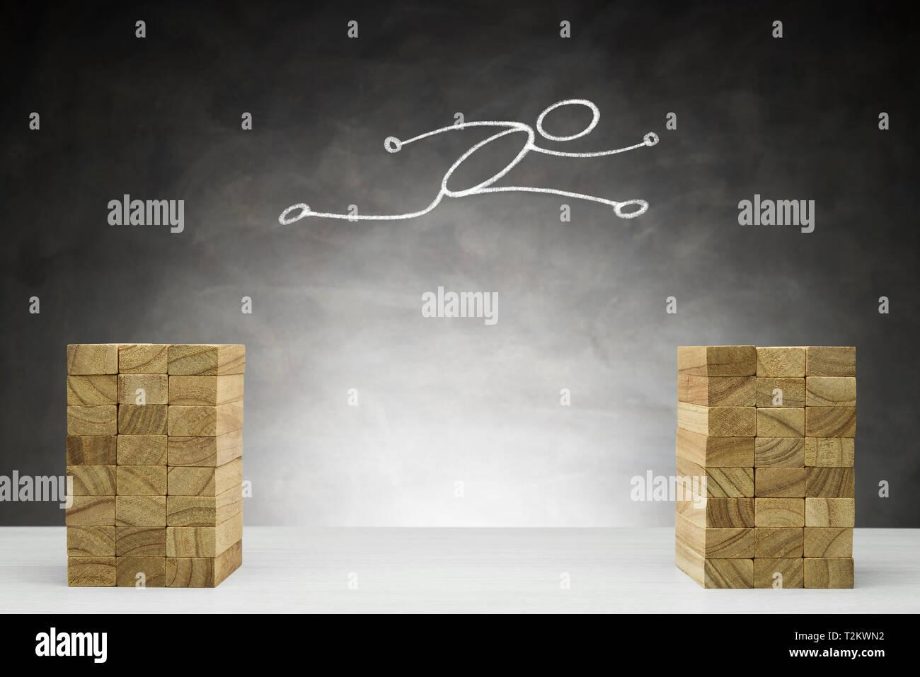 Aumento y mejora el concepto. Forma humana salta entre los dos bloques. Foto de stock