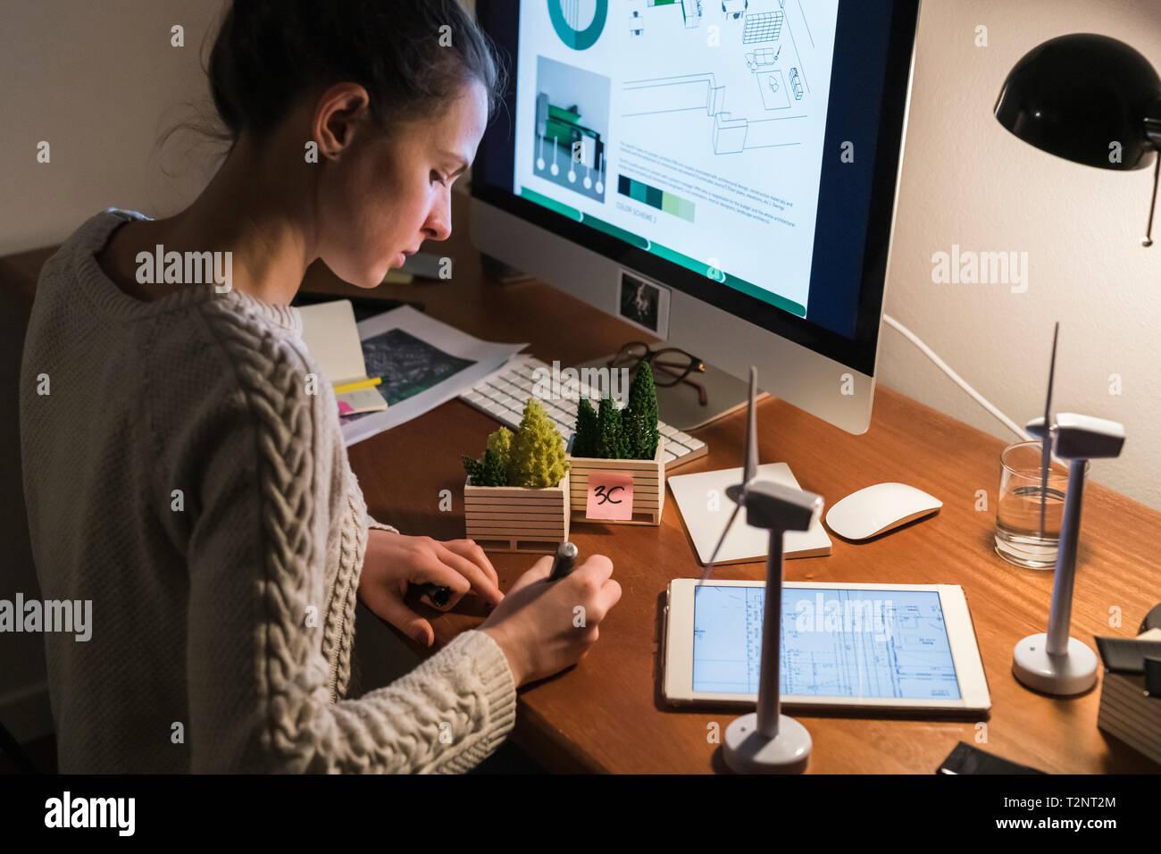Mujer trabajando tarde en casa Foto de stock