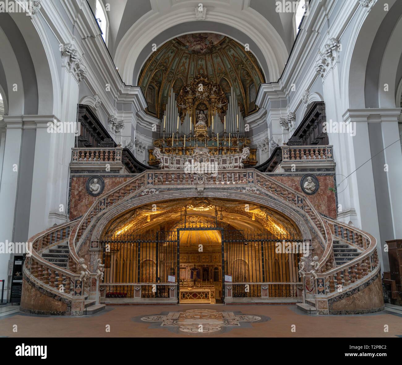 Napoli, la Basílica di Santa Maria della Sanità, l'imponente salita all'altare maggiore sovrasta la cripta paleocristiana accesso alle catacombe di Imagen De Stock