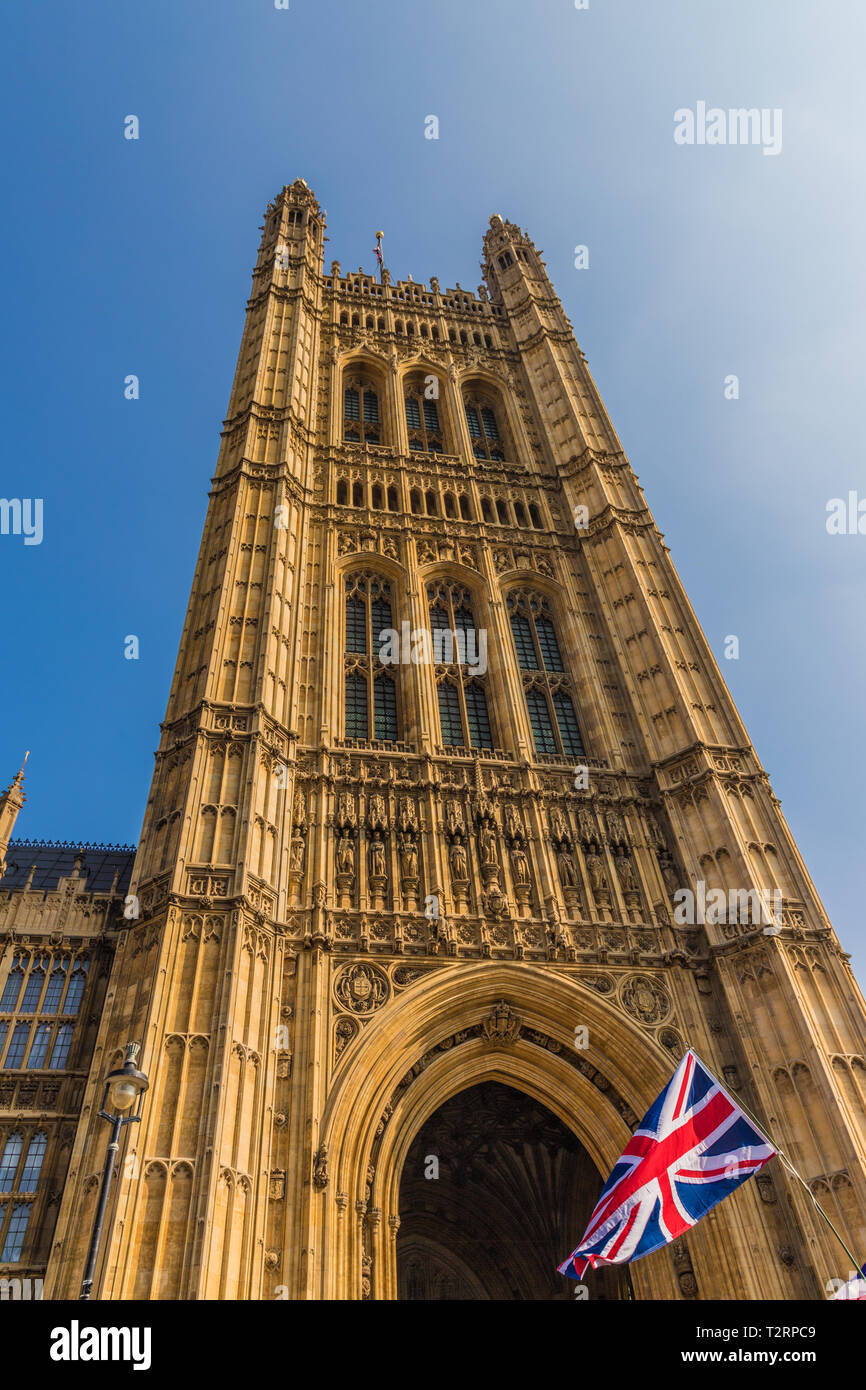 El 29 de marzo de 2019. Londres. Banderas de la Unión por el Parlamento en la plaza del parlamento de Londres Foto de stock