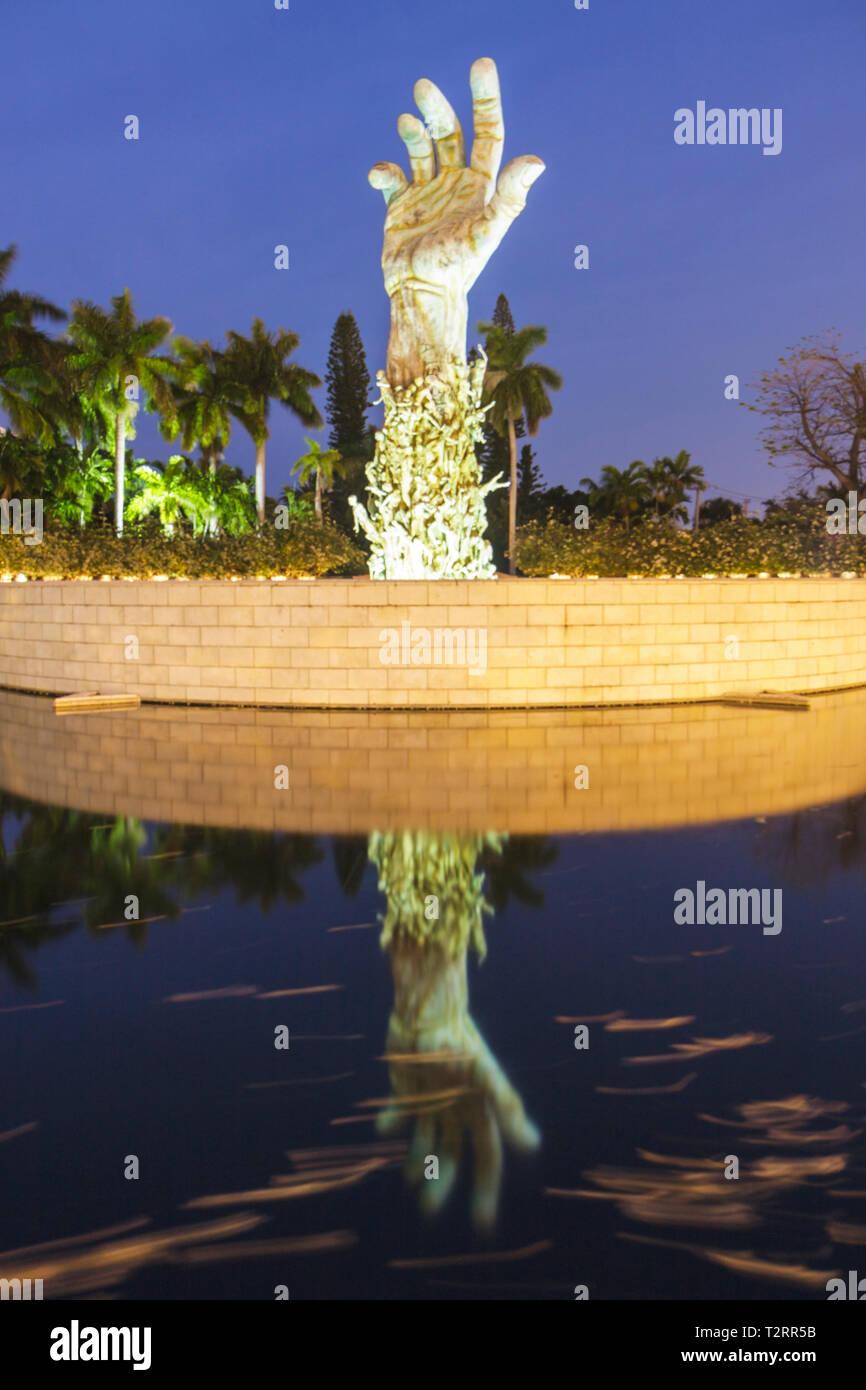 Miami Beach Florida Holocaust Memorial Escultura de bronce de amor y angustia brazo mano Kenneth Treister judío estanque de jardín de meditación Imagen De Stock