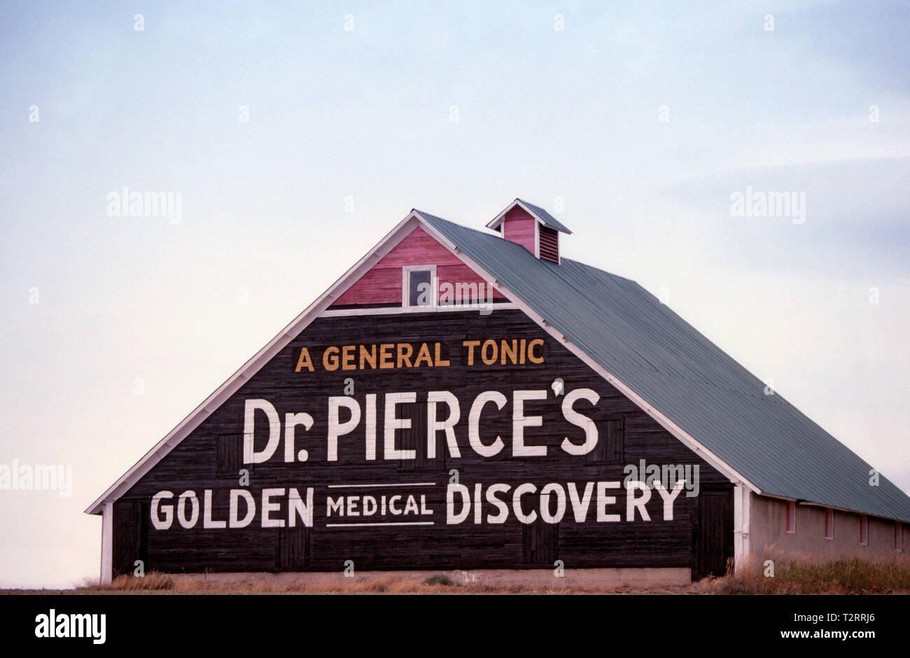 Anuncio de patentes de medicina antigua pintada en el lateral de un granero de Dakota del Sur Foto de stock