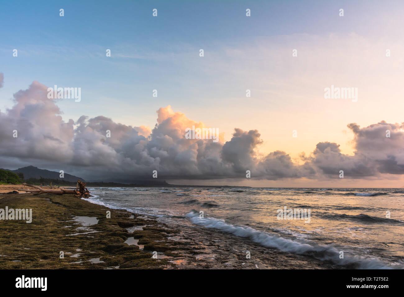 En Sunrise Beach Park, Nukolii Lihue, Kauai Hawaii Foto de stock