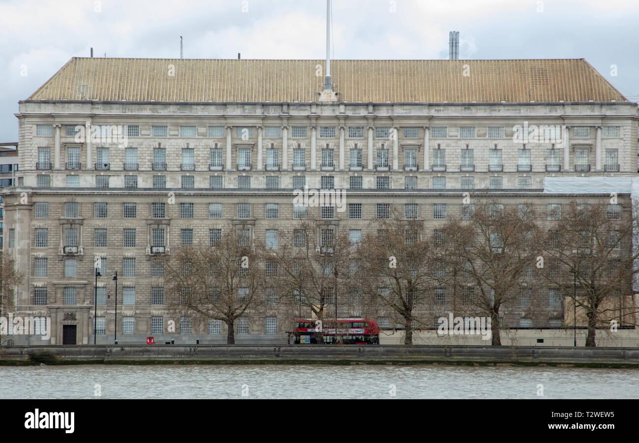 e3adfc8fbb Gran edificio con vistas directas sobre el río Támesis, Londres, Reino  Unido, tiene