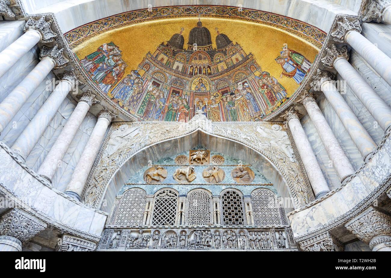 Italia, Veneto, Venecia, basílica de San Marcos, el mosaico de S.Alipio portal Foto de stock