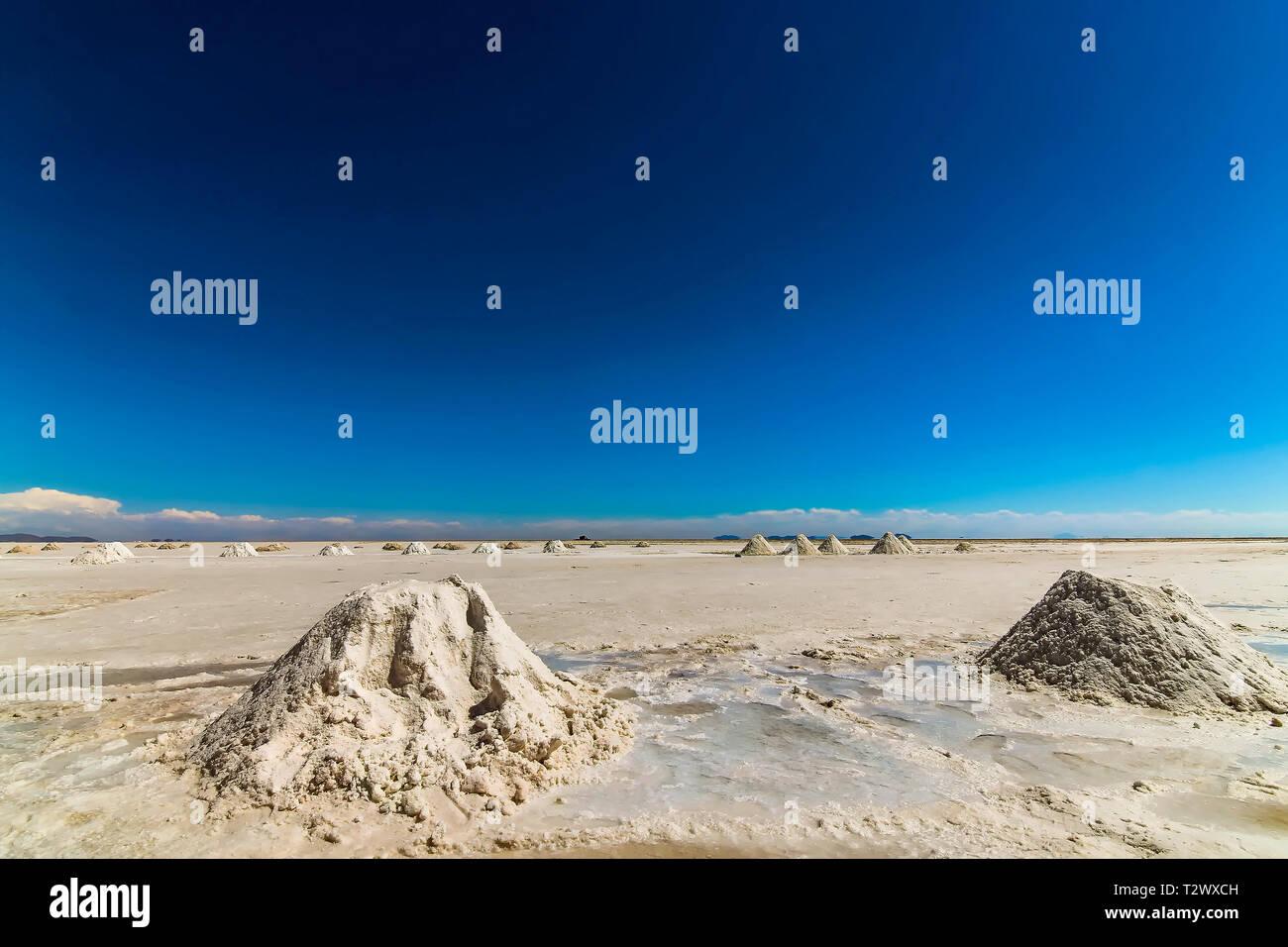 Formación de montañas de sal en el Salar de Uyuni, Bolivia Imagen De Stock