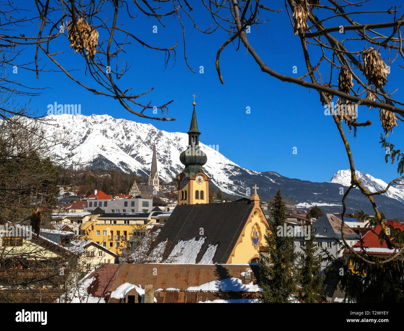 Iglesia de San Juan y la iglesia parroquial de la Asunción de María, Imst, Tirol, Austria, Europa Foto de stock
