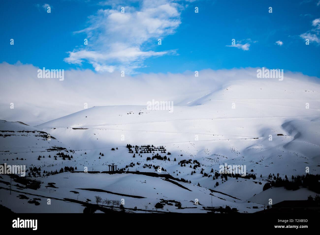 Esta es una captura de un paisaje durante el invierno en el norte del Líbano y se puede ver la nieve cubre las montañas enormes Foto de stock