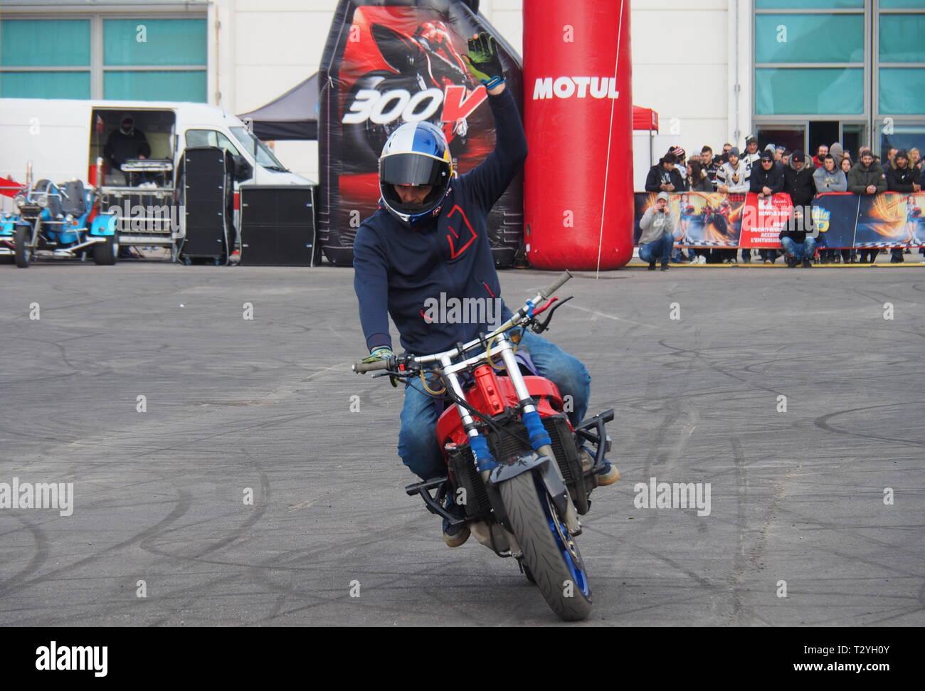 Verona, Italia: 19 de enero de 2019: motorbiker acrobáticos durante la contienda en Stunt moto expo Verona 2019 Imagen De Stock