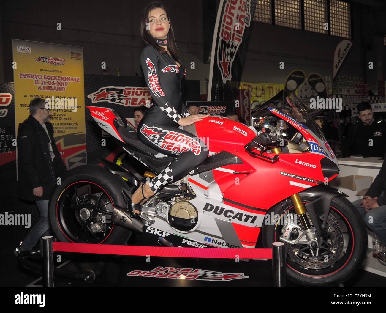 Verona, Italia - 19 de enero de 2019: Motor bike expo Verona, modelo posando en una motocicleta. Imagen De Stock