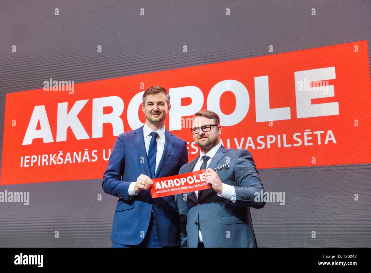 04.04.2019. RIGA, LETONIA. Vytautas Labeckas CEO de Akropolis y Kaspars Beitins, CEO de SIA AKROPOLE RIGA con lente roja, durante Akropole compras Imagen De Stock