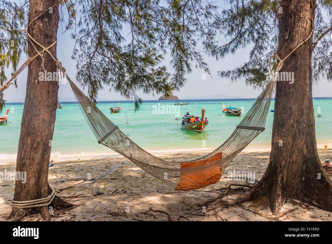 De febrero de 2019. Ko Lipe Tailandia. Una vista de una hamaca en la playa en Ko Lipe en el parque nacional de Ko Tarutao en Tailandia Foto de stock