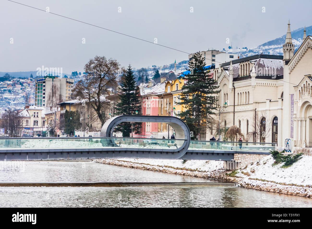 Vista de Sarajevo y Festina lente puente sobre el río Miljacka,Bosnia y Herzegovina Imagen De Stock