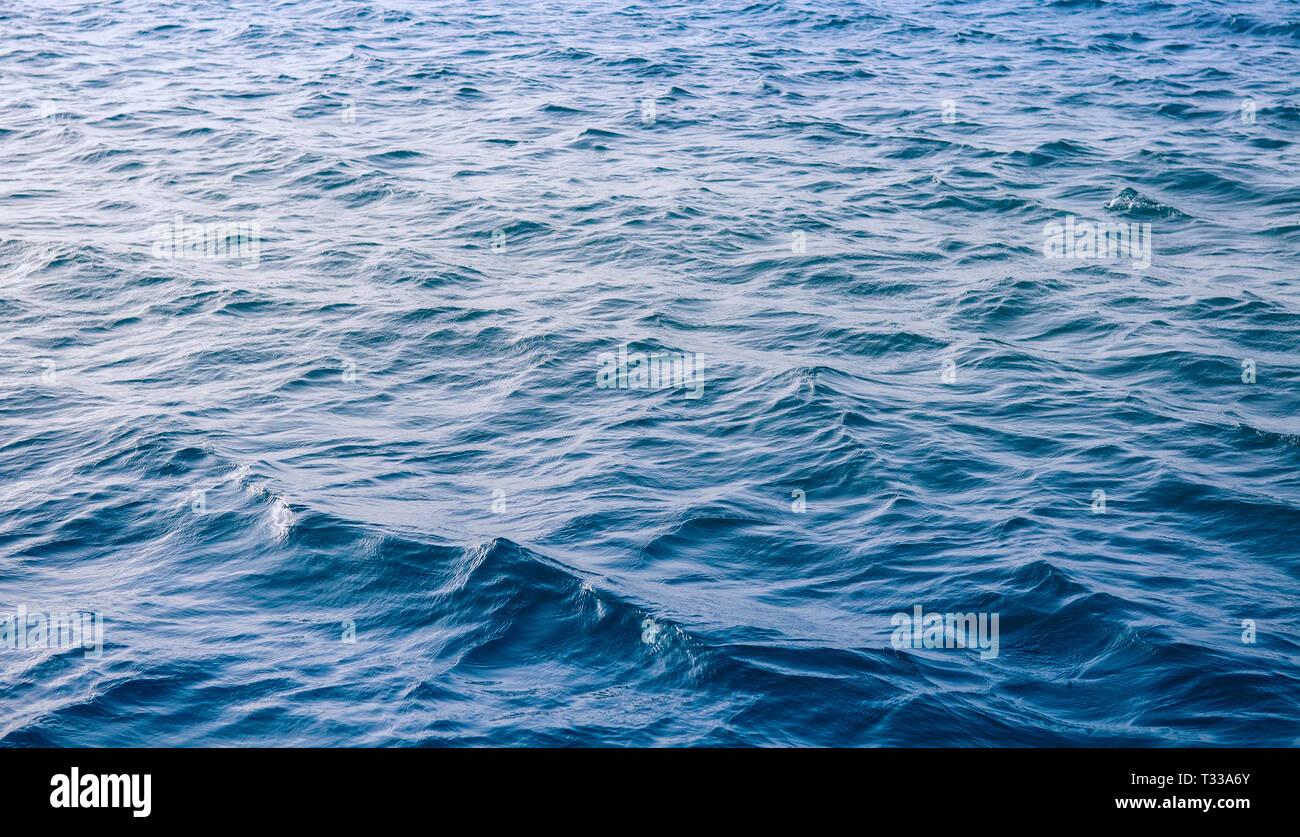 Olas en el mar azul de fondo abstracto patrón de superficie Foto de stock