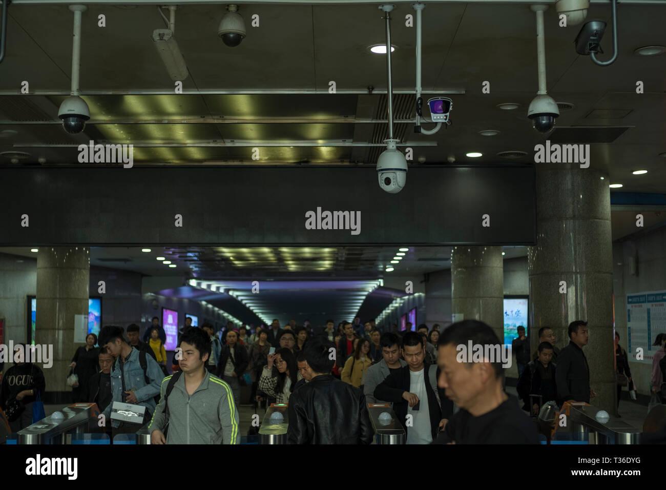 El funcionamiento de las cámaras de seguridad CCTV a la salida de una estación de tren en Nanchang, provincia de Jiangxi, China. 06-Apr-2019 Foto de stock