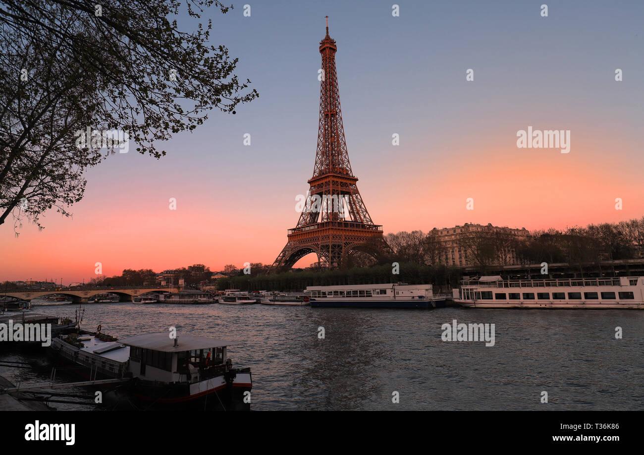 La Torre Eiffel al atardecer, París, Francia.Es el lugar turístico más popular e icono cultural global de la Francia y el mundo. Foto de stock