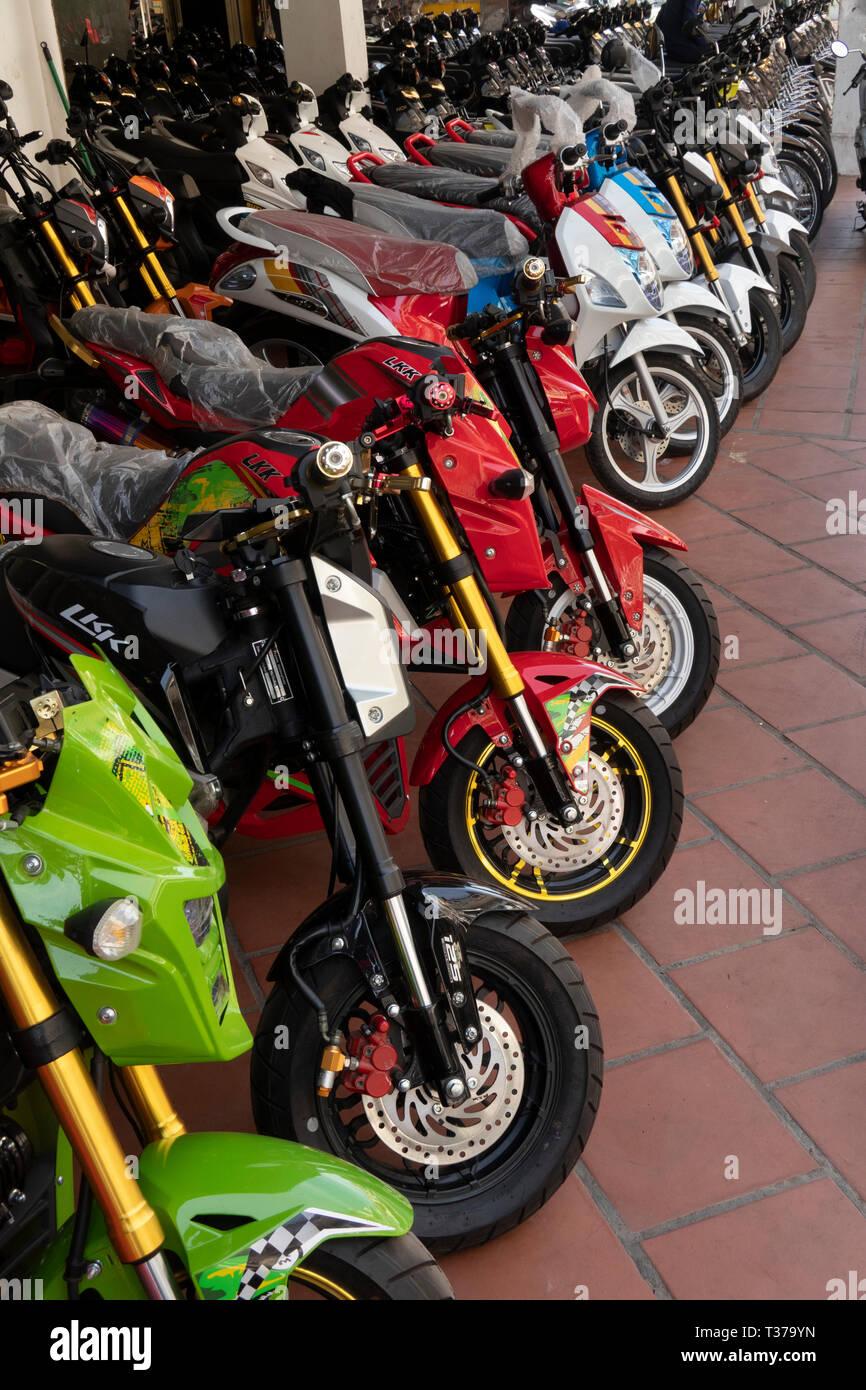 Camboya, Kampong (Kompong Cham), del centro de la ciudad, motocicleta marca LKK showroom exhibición de motos en venta Foto de stock