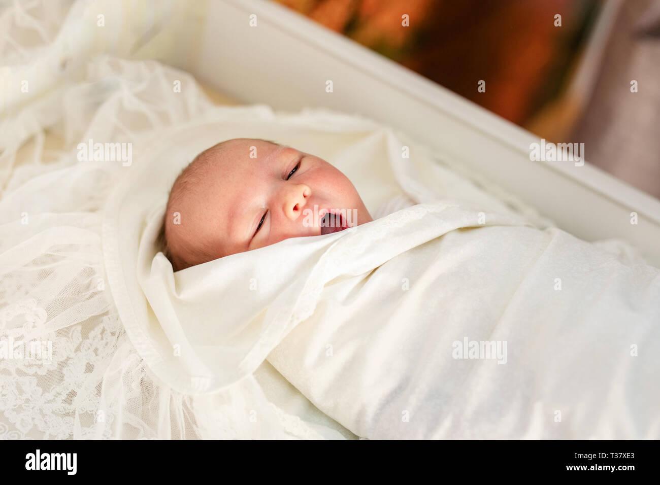 4f15d5d5 Bebé recién nacido en su abrigo del bebé en el hospital después del parto.  Ropa
