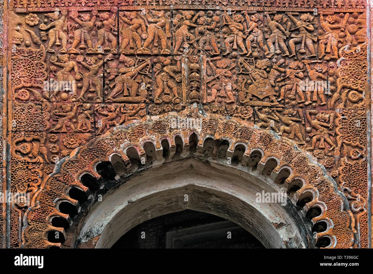 Close-up de talla del socorro Pancharatna Gobinda templo, parte del complejo del templo Puthia, división de Rajshahi, Bangladesh Imagen De Stock
