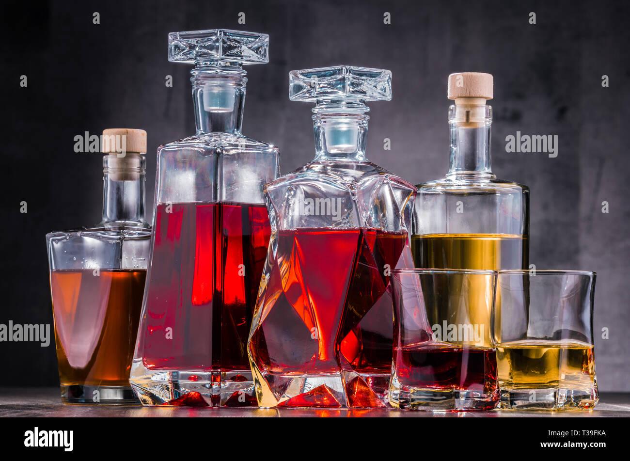 Composición con garrafa y botellas de surtido de bebidas alcohólicas. Foto de stock