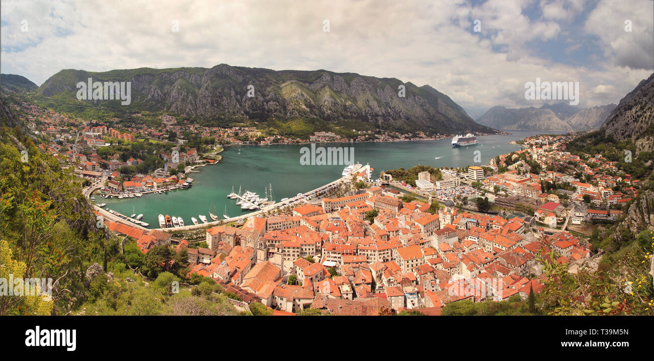 El hermoso casco antiguo de Patrimonio Mundial de la UNESCO ~ Kotor. Montenegro, en los Balcanes, Europa. Imagen De Stock