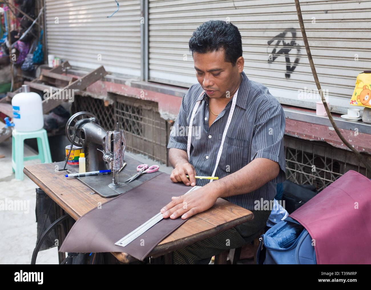 Sastre en la calle Bogyoke Aung San Mercado en Yangon, Myanmar (Birmania) Foto de stock