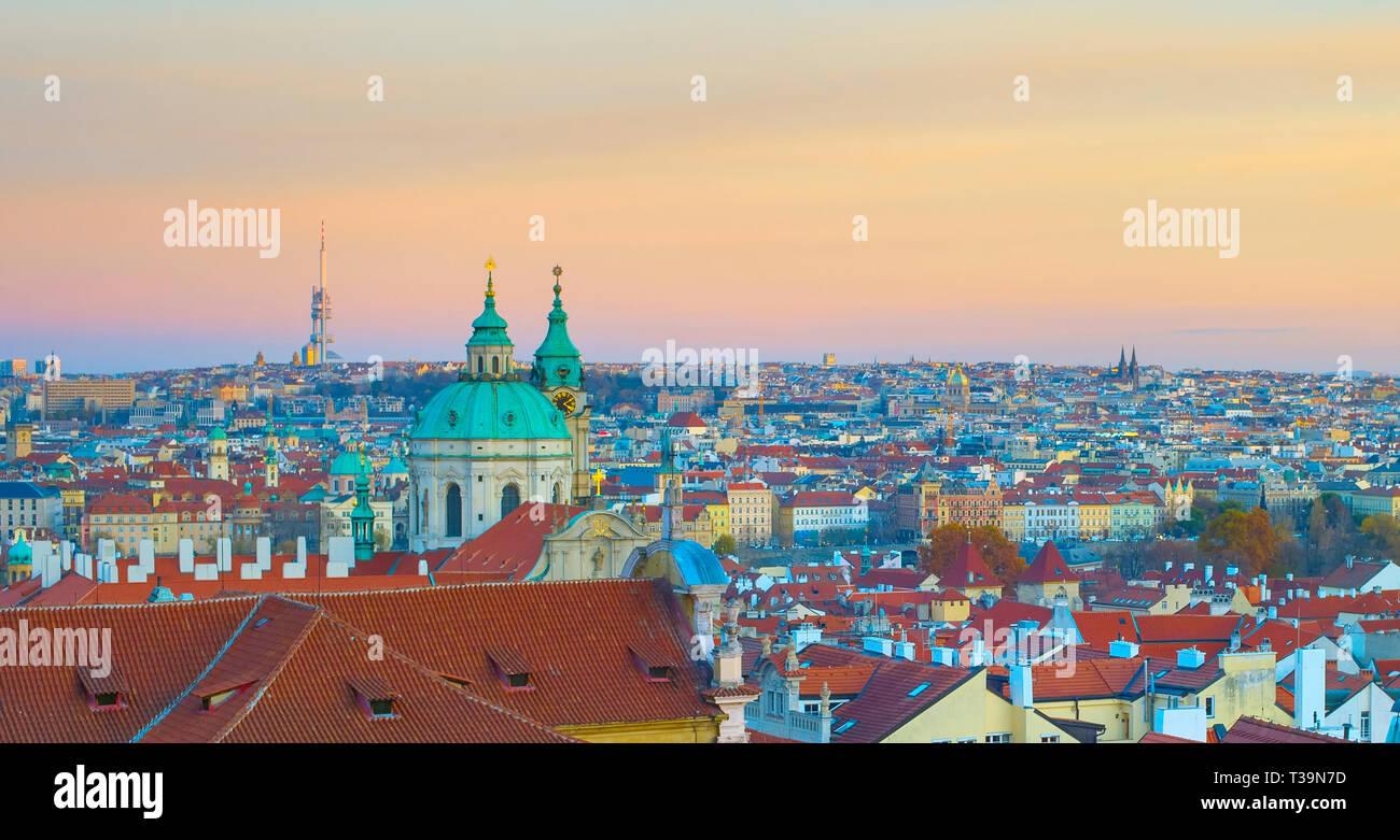 Panorama de Praga en penumbra. República Checa Foto de stock
