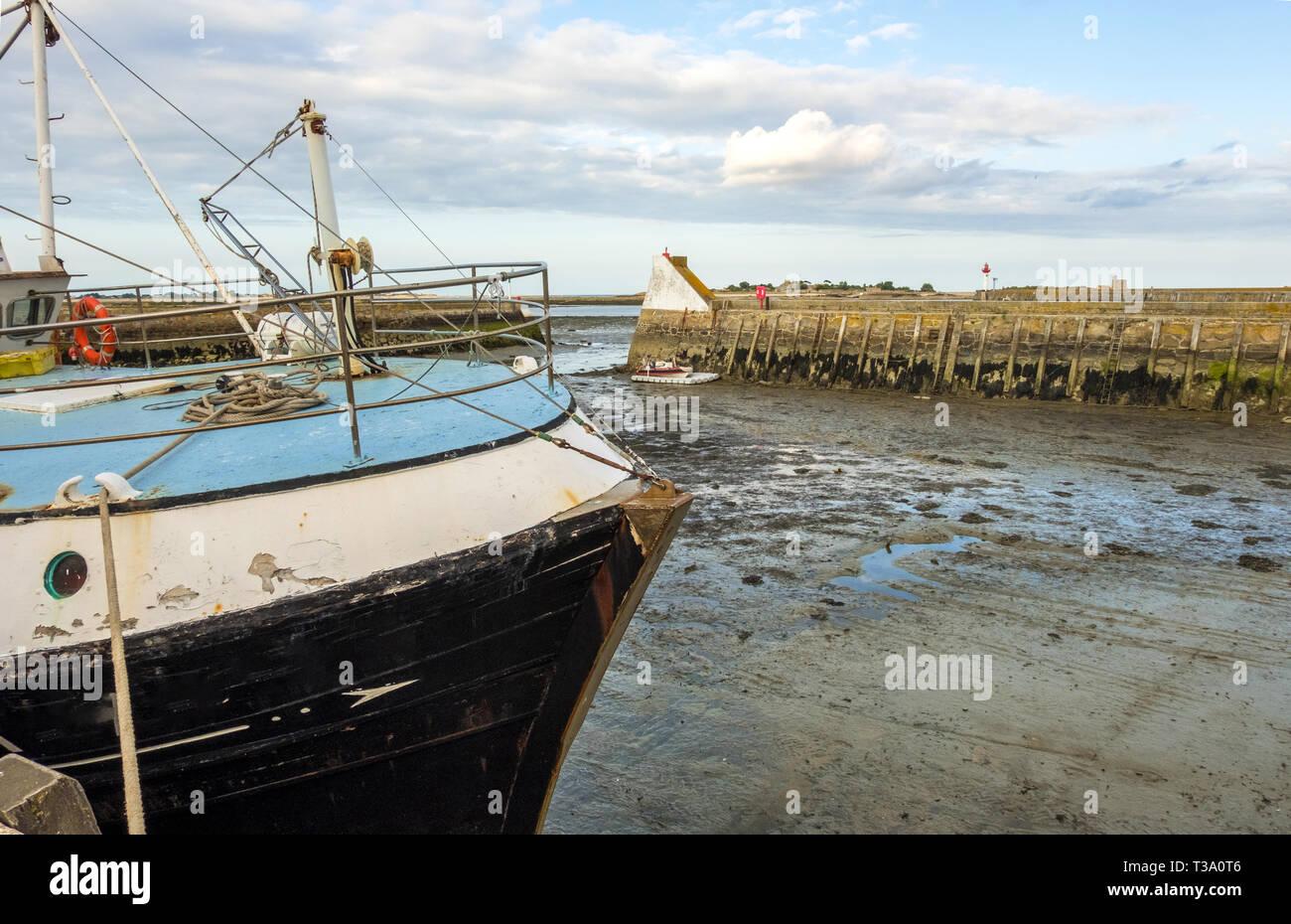 Saint-Vaast-la-Hougue, Francia - 29 de agosto de 2018: un barco pesquero en el puerto de Saint-Vaast-la-Hougue en marea baja . Normandía, Francia Foto de stock