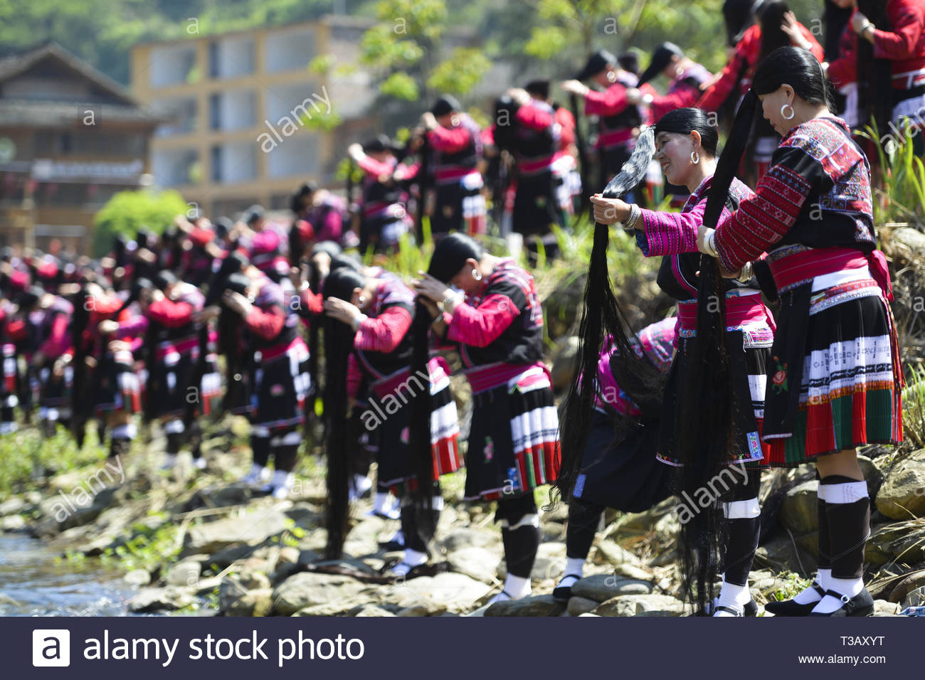 Guilin, China. 07 abr, 2019. Las niñas muestran sus pelos largos en la tradicional ceremonia de adultez 'Pelo Largo Festival' en Guilin, Guangxi, China el 07 de abril, 2019.(Foto por TPG/cnsphotos) Credit: TopPhoto/Alamy Live News Imagen De Stock