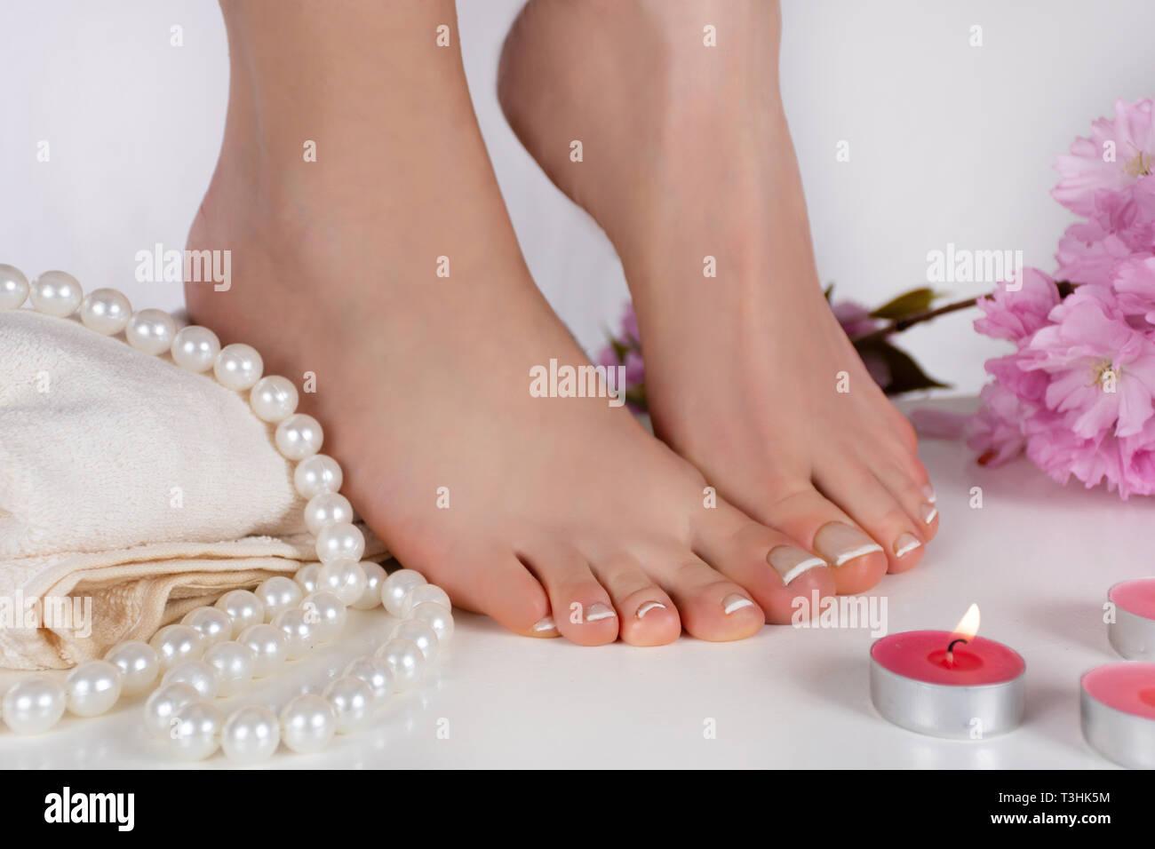 Chica Desnuda Los Pies Con La Pedicura Francesa Sobre La Toalla