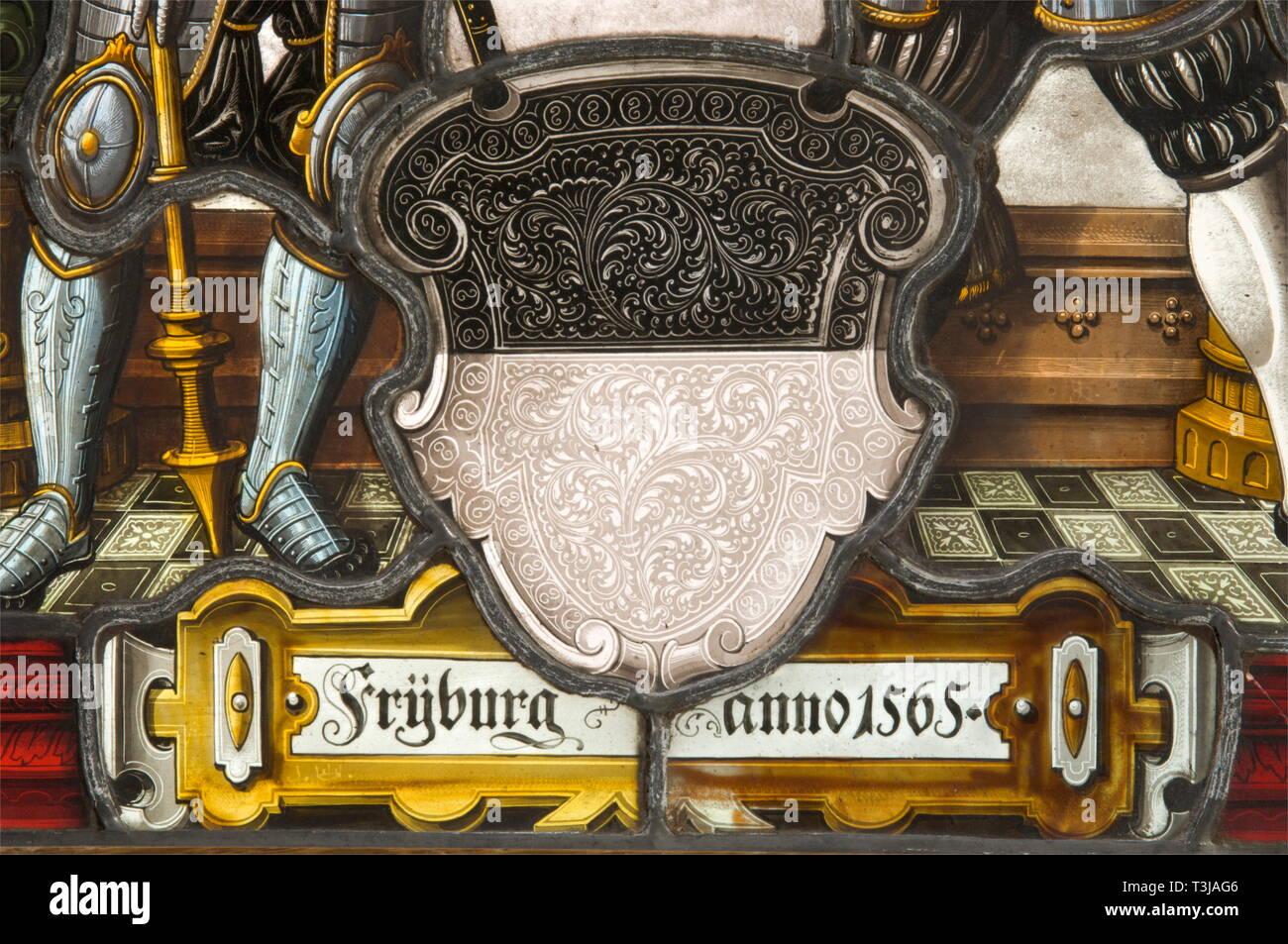 """Un par de paneles de vidrio emplomado mostrando blasones, Alemania o Suiza, la segunda mitad del siglo XIX magníficamente diseñado con finos paneles de vidrio emplomado 'Schwarzlot'-pintura sobre vidrio de distintos colores en el estilo del siglo 16. Escudo central los escudos de las ciudades de Zurich y Friburgo, cada flanqueado por la figura de un permanente Landsknecht. Configuración arquitectónica en el fondo. Un panel de fecha """"1565"""". Ambos grupos están firmados """"J"""" con una corona. En los marcos de madera siempre con latón anillos de suspensión. Las dimensiones de cada una de 46 x 36 cm., Additional-Rights-Clearance-Info-Not-Available Imagen De Stock"""