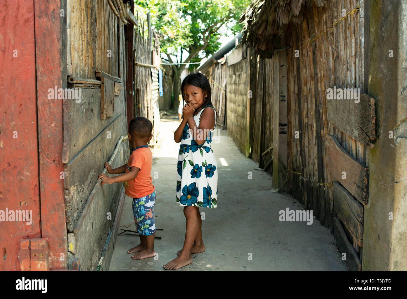 Kuna nativo de los niños en la aldea; Carti, isla del archipiélago de Kuna Yala, las Islas de San Blas, Panamá. Uso Editorial. Oct 2018 Foto de stock