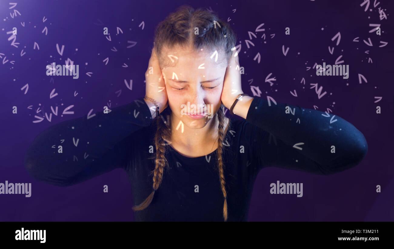 Adolescente vestida informal con pigtails, siendo atacado por los medios de comunicación social, creando estrés emocional Imagen De Stock